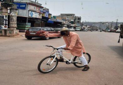 साइकिल पर सवार होकर लोगों को समझाने निकले सीएसपी, वेबजह घूमने वालों का काटा चालान